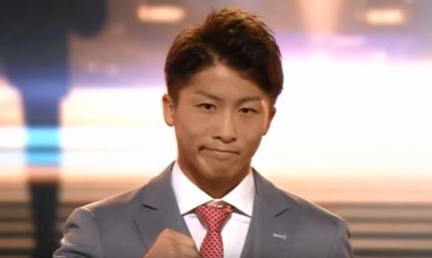 井上選手のスーツはシルバーにピンクのネクタイ!!