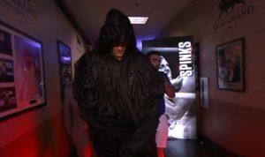 フューリーが黒い衣装で入場